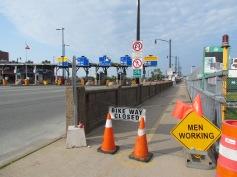 Achtung, arbeitende Männer! Die Fahrt über die Brücke kostet übrigens 1 $.
