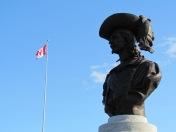 Vermutlich wichtiger Mann neben kanadischer Flagge