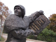 "Denkmal für die ""berühmten fünf"" Frauen - (c) tanadia.com"