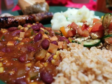 Chili sin carne, Bulgur, Würstchen vom Metzger, Gemüse, Kartoffelsalat - lecker!