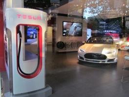 Tesla in der Robson St (c) tanadia.com