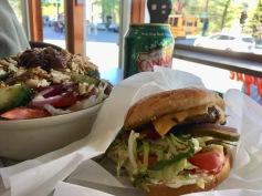 In 'meinem' Burgerladen auf dem Plateau, das Trio für knapp 13$ - Copyright: tanadia.com